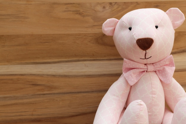 Это девушка! милый розовый мишка ручной работы на деревянном фоне