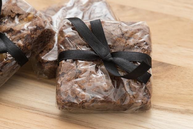 チョコレートブラウニーポーション木製の背景