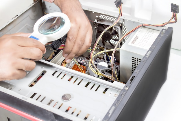 Изображение увеличительного стекла и процессора компьютера.