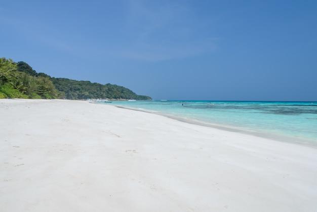 タチャイ島、タイで熱帯の透明な水の白い砂浜