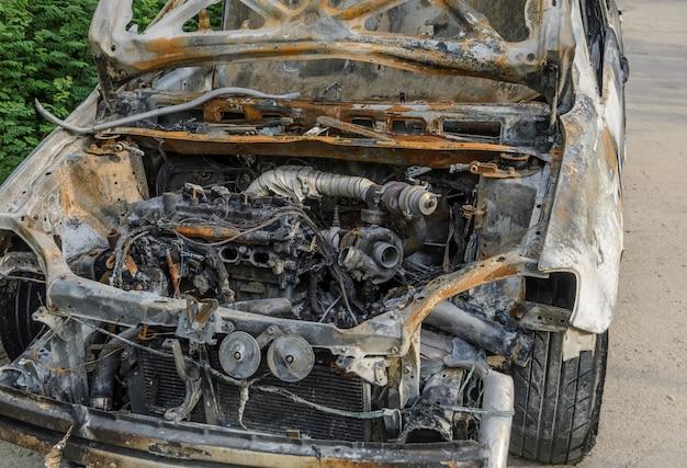 火災後の燃え尽きた車