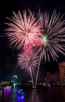 タイ、バンコクのチャオプラヤ川に架かるカラフルな花火
