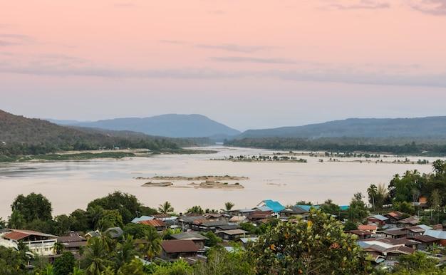 タイのコンチアムの川沿いの村の空撮