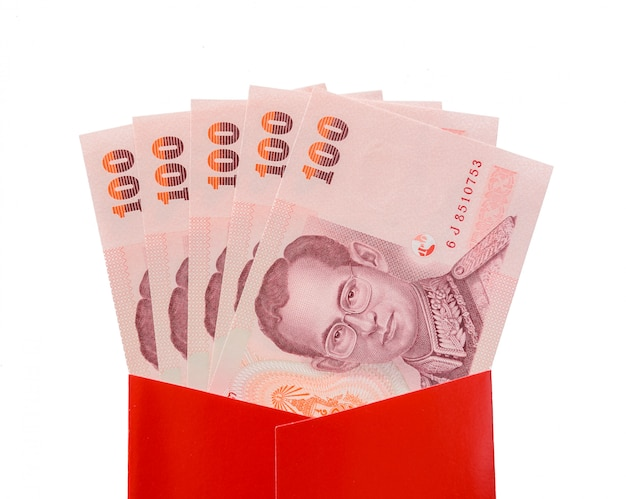 Тайские баты банкноты в красном пакете для китайского новогоднего подарка на белом фоне
