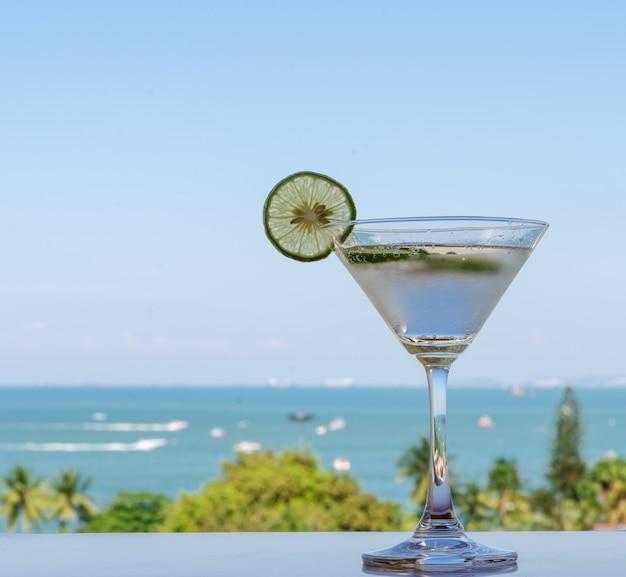 海とライムソーダ飲み物のグラス