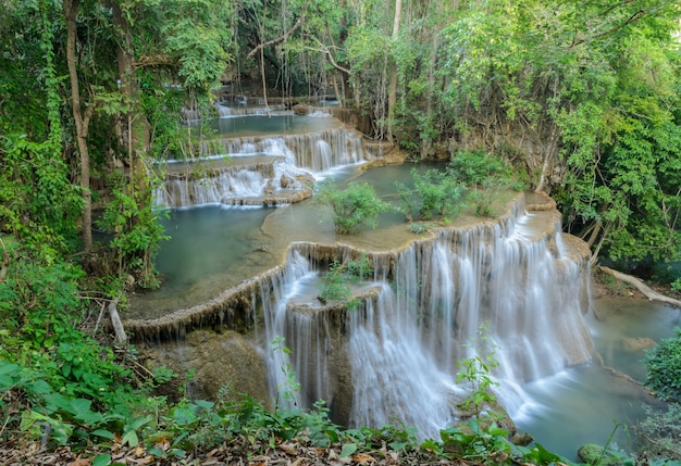 タイの美しい熱帯雨林の滝