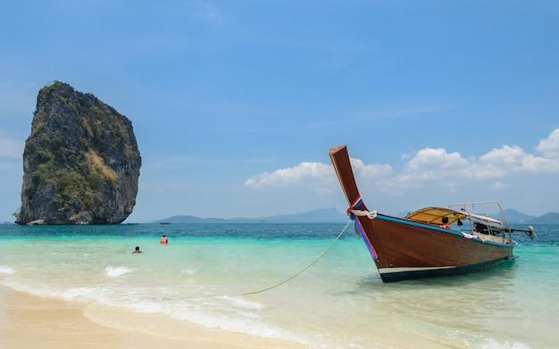 ポダ島、ターコイズブルーのアンダマン海の水とタイのクラビ県のロングテールボートタクシーと白い砂浜