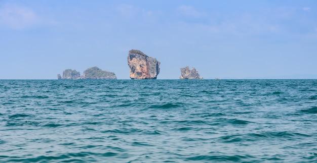 タイ、クラビ県のアオナンにある石灰岩の山の崖