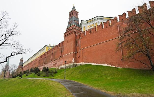 雨の日、ロシアのモスクワのクレムリンの壁