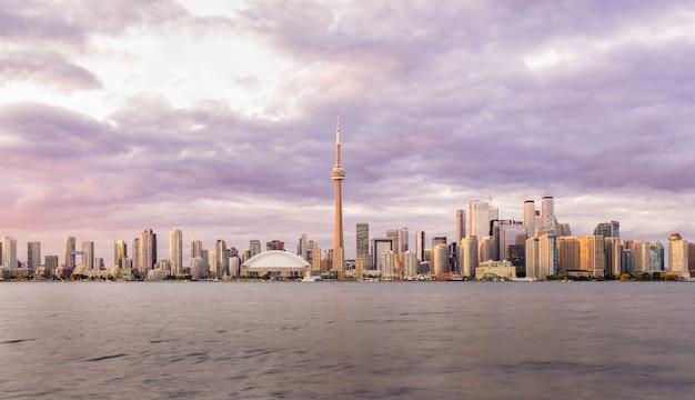日没、オンタリオ州、カナダのトロントのダウンタウンのスカイライン