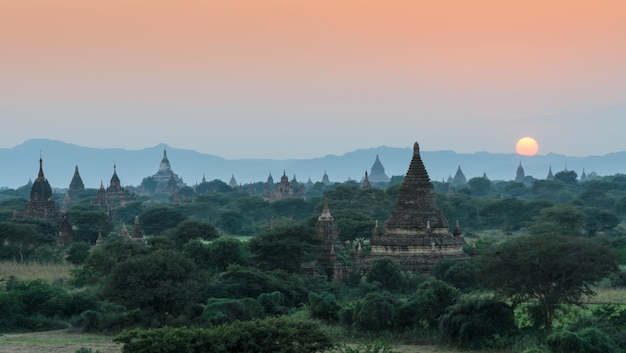 Древние храмы в багане на закате, мьянма