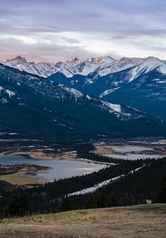 カナダのアルバータ州のバンフ国立公園のランドル山と朱色の湖の日の出