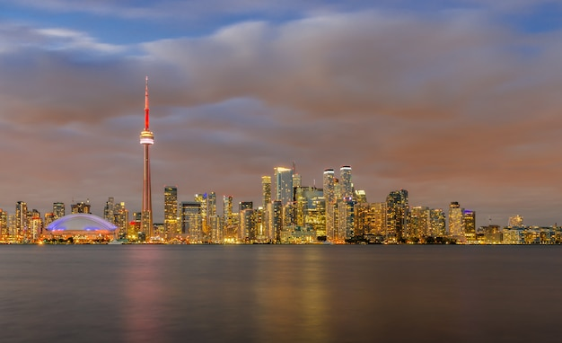 日没、オンタリオ州、カナダのトロントのスカイライン