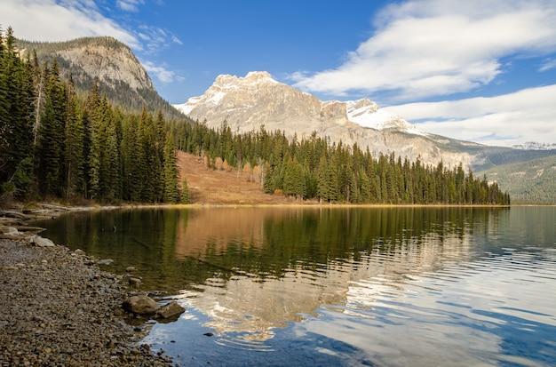 Изумрудное озеро в национальном парке йохо, британская колумбия, канада