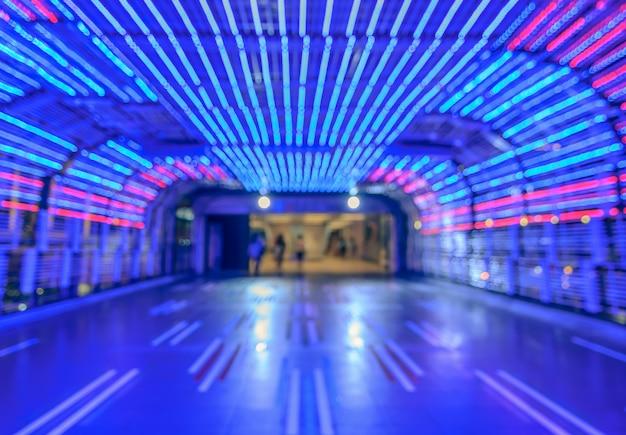 抽象的な歩道カラフルなトンネルライトのボケ味の背景をぼかし
