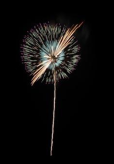 黒い背景にカラフルな花火
