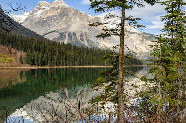 カナダ、ブリティッシュコロンビア州ヨーホー国立公園のエメラルド湖