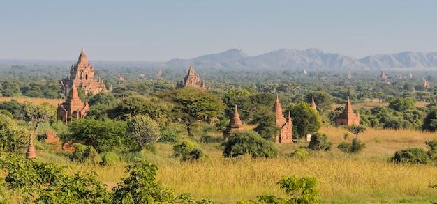 ミャンマーの古代寺院のバガン平野