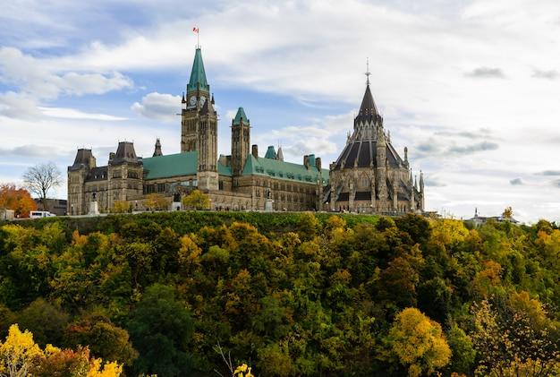 秋の季節、カナダのオタワの議会の丘