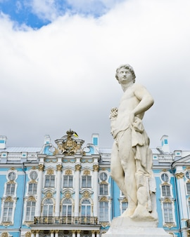 ツァールスコエセロー(プーシキン)、サンクトペテルブルク、ロシアのエカテリーナ宮殿の庭の彫像
