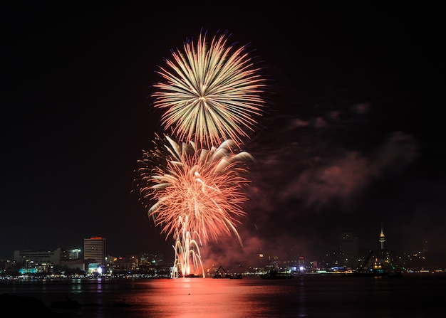 タイ、パタヤビーチの花火