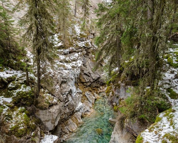 カナダ、アルバータ州バンフ国立公園のジョンストンキャニオン