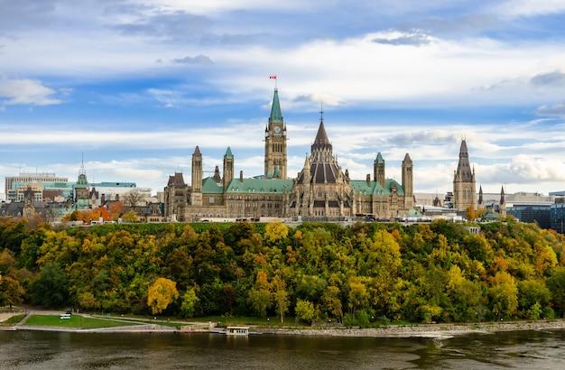 議会の丘とオタワ、カナダのオタワ川の秋景色