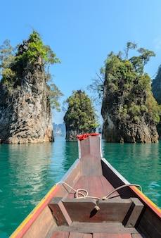 タイ、スラートターニー県のカオソック国立公園でのロングテールボートと石灰岩の山脈