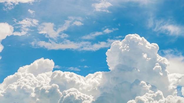 美しい青空と白い雲と太陽の光