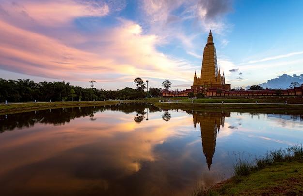 ワットバントン、クラビ、タイの有名な寺院で水の日の出の反射と美しい自然
