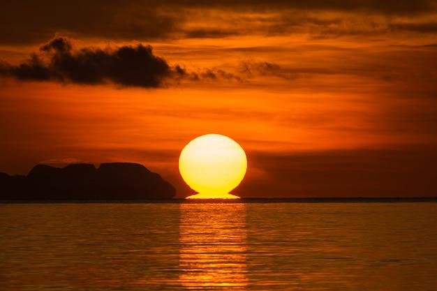 朝の日の出の大きな太陽