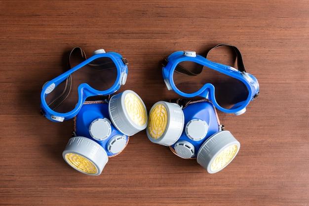 Маска респиратора, маска пыли и маска безопасности для химического промышленного на деревянной предпосылке.
