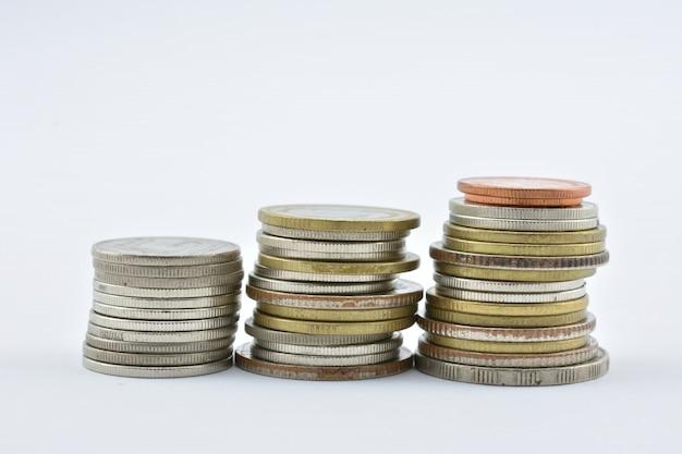 タイは白い背景の上のお金をコインします。