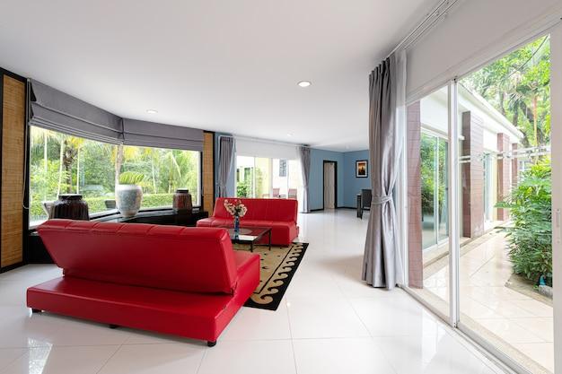新しい家族のための自宅の美しいリビングルームのインテリア