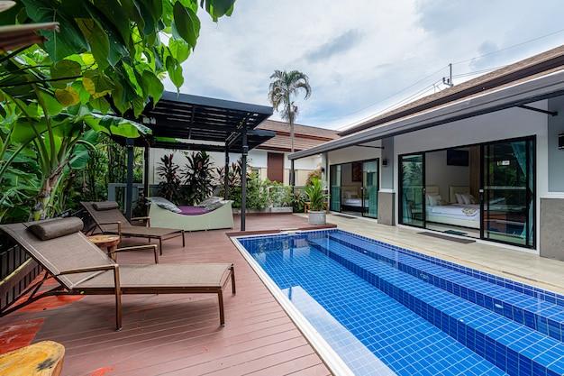 Внешний вид современная тропическая вилла с бассейном