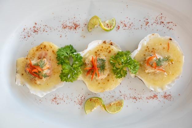 Обжаренные морские гребешки с маслом, чесноком, жареным морским гребешком