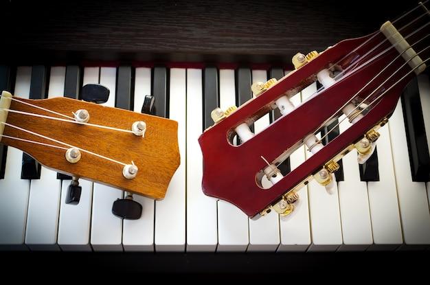 Шея гитары на фортепиано.