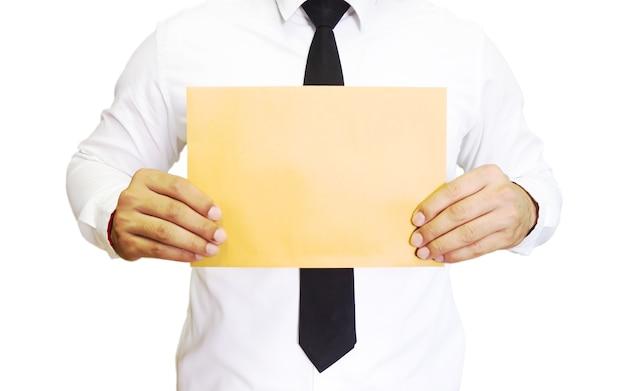 茶色の空白の紙を持つ男。コピースペースと実業家の概念。