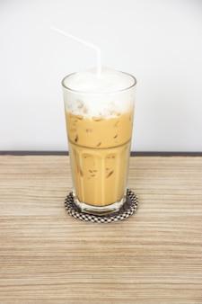 好きなコーヒーメニュー、氷のカプチーノ。甘い飲み物。ミルクフォーム入り。