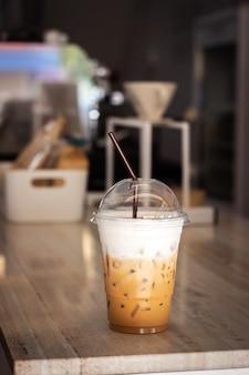 プラスチックカップで氷のカプチーノ。リフレッシュメント飲料。