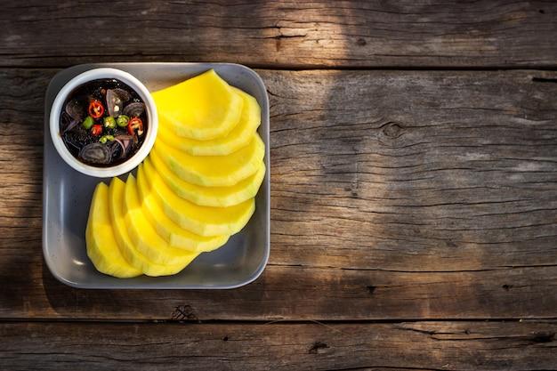 マンゴーは甘い魚醤油でスライスしました。タイの伝統料理