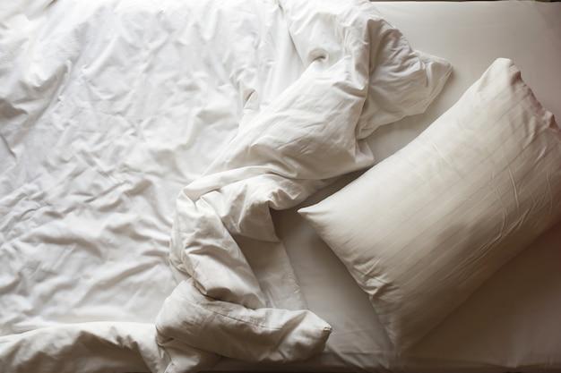 乱雑なベッド