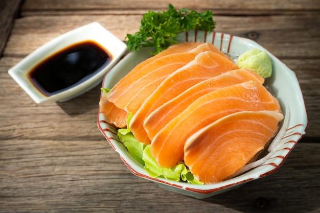 Лосось сашими. свежесть рыбы. любимое меню японской кухни.
