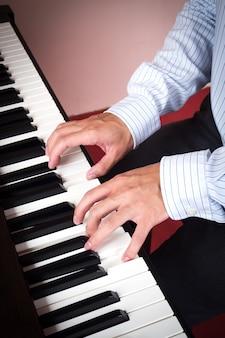 Человек играет на фортепиано. музыка и искусство