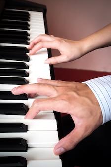Пара пианиста играет на пианино. музыкальный фон.