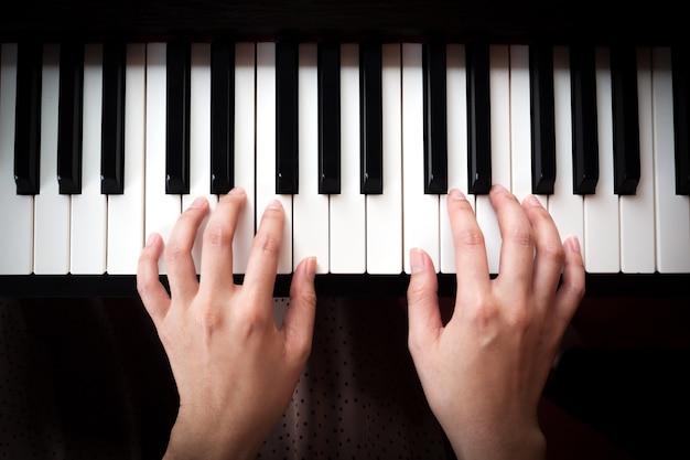 Женщина играет на фортепиано. музыка и искусство. вид сверху.
