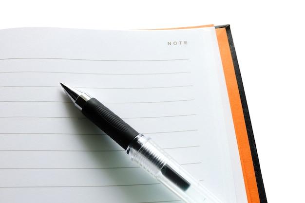 空のノートに黒いペン。