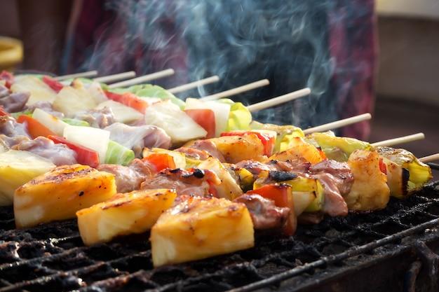 Гриль для гриля. уличная еда в таиланде. питание и легкое поесть.