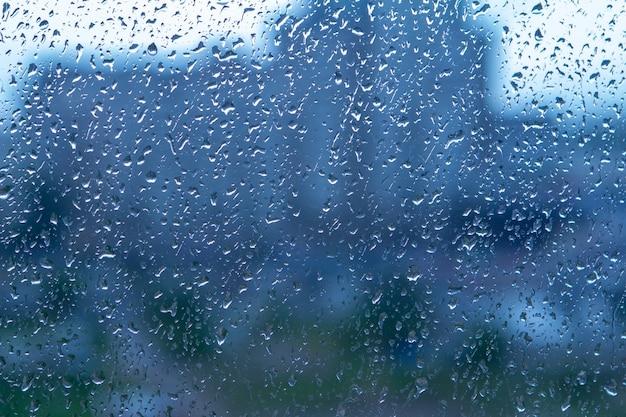 ガラスに自然の水滴の背景。