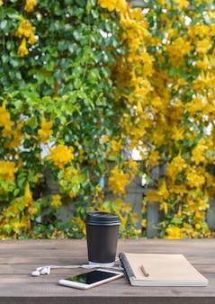 美しい黄色い花の背景の木のテーブル